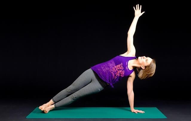 Kobieta ćwicząc na macie