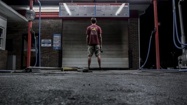 Mężczyzna stojący przed warsztatem