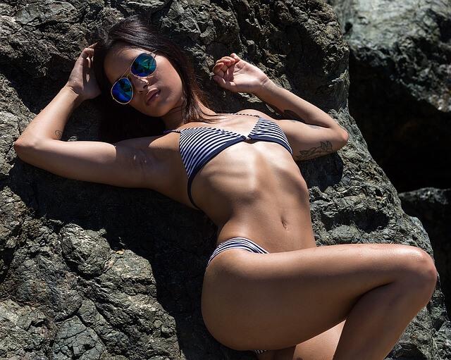 Kobieta opalająca się w bikini w paski