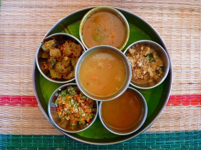 miseczki z potrawami kuchni indyjskiej