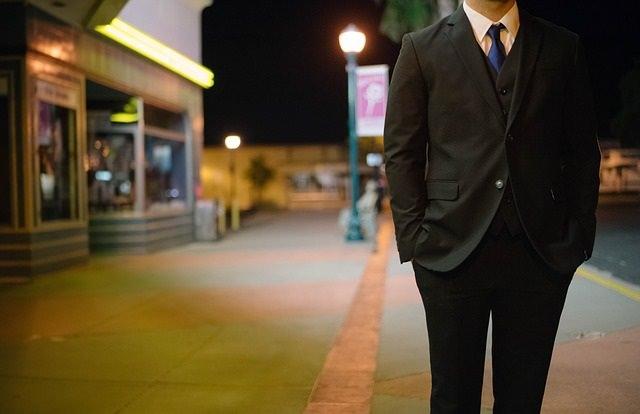Elegancko ubrany mężczyzna