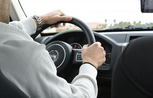 Mężczyzna siedzący za kierownicą samochodu