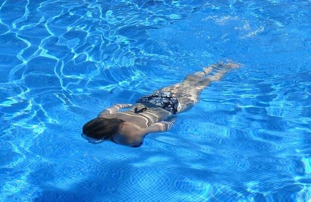Kobieta pływająca w basenie
