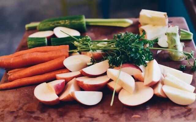 Owoce i warzywa pokrojone na desce