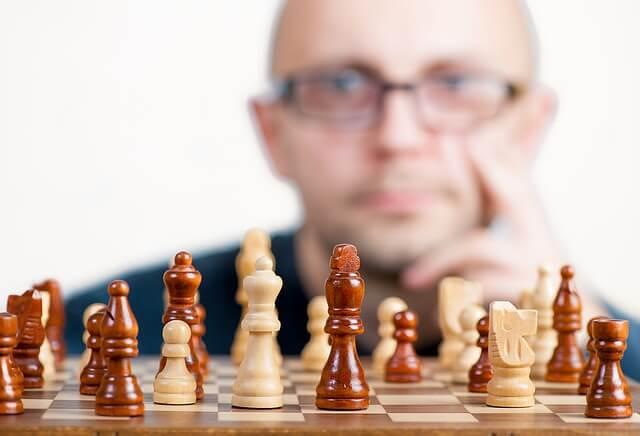 zamyślony szachista