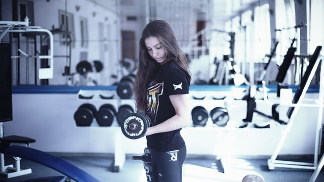 dziewczyna ćwicząca na siłowni