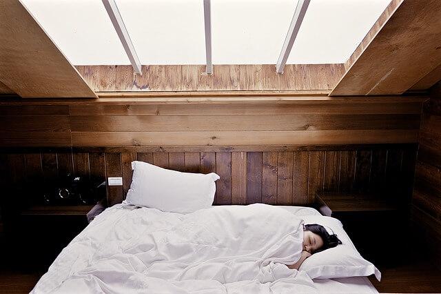 dziewczę w łóżku
