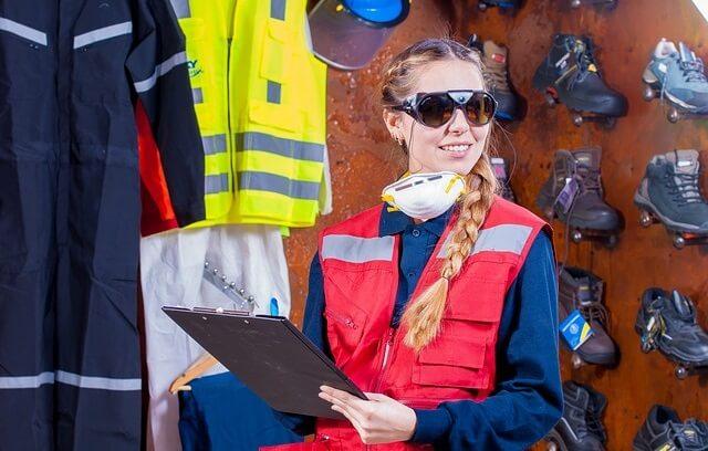 Kobieta w kamizelce i okularach ochronnych