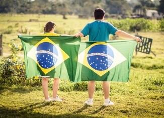 Dwoje ludzi z flagami Brazylii