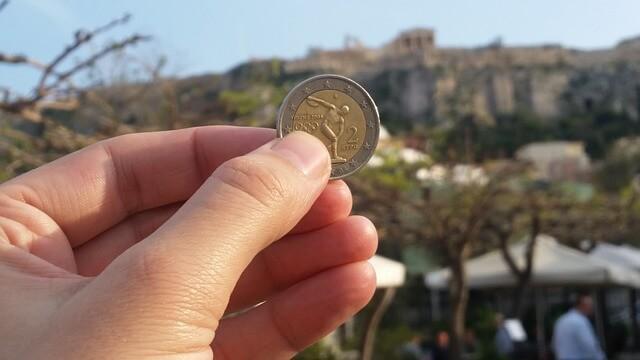 Ręka trzymająca monetę