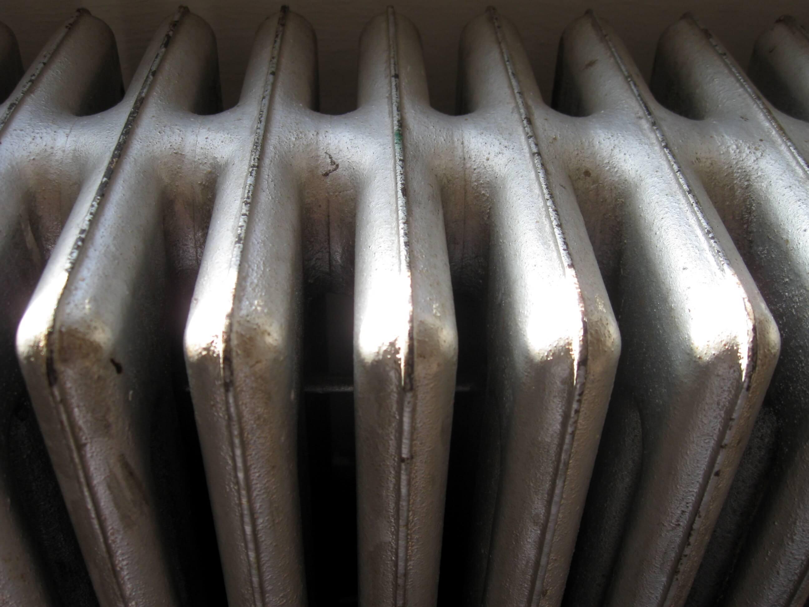 Ogrzewanie podłogowe a ogrzewanie centralne – plusy i minusy