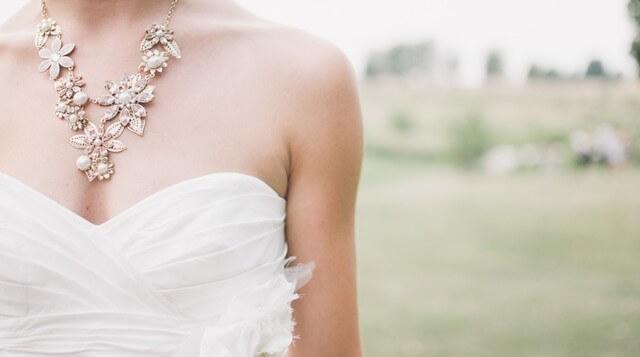 Kobieta w sukni ślubnej