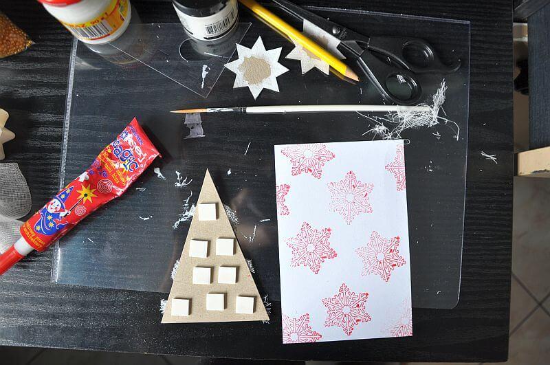 przyklejanie ozdoby - choinki-na ręcznie robioną kartkę