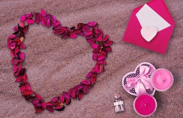 Serce z płatków róży i kartka na walentynki