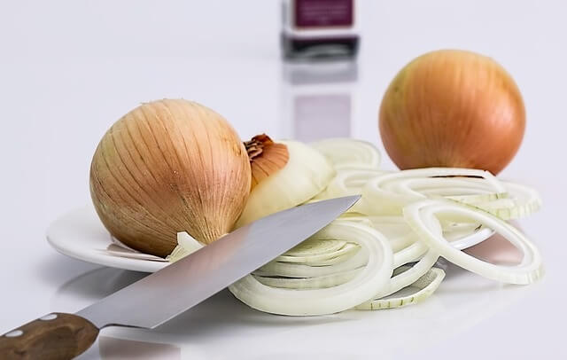 Cebule i plasterki cebuli