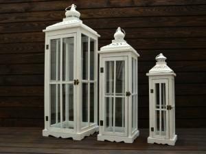 białe lampiony w trzech różnych rozmiarach
