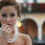 elegancka-kobieta-perly