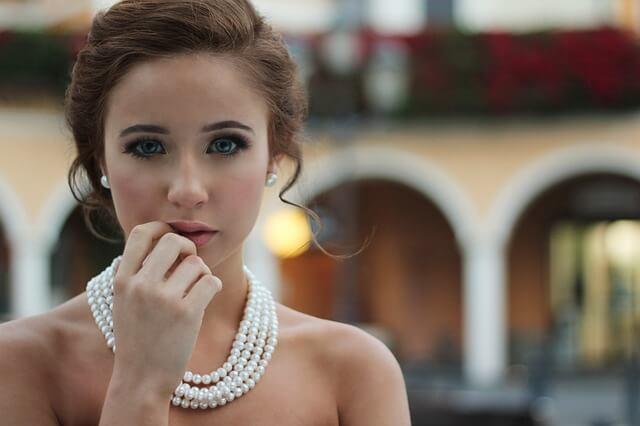 elegancka kobieta perły