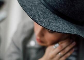 klasyczny styl kobiety w kapeluszu