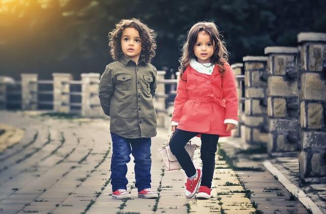 Modne ubrania dla dzieci – znak czasów czy fanaberia?