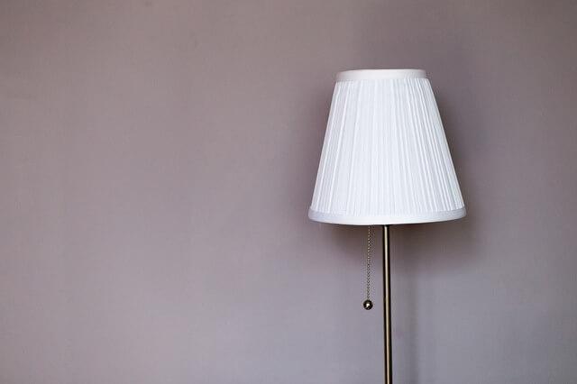 Szara ściana i lampa