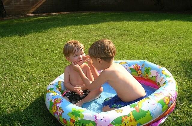 Dzieciw dmuchanym basenie