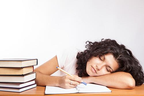 Śpiąca przy nauce kobieta