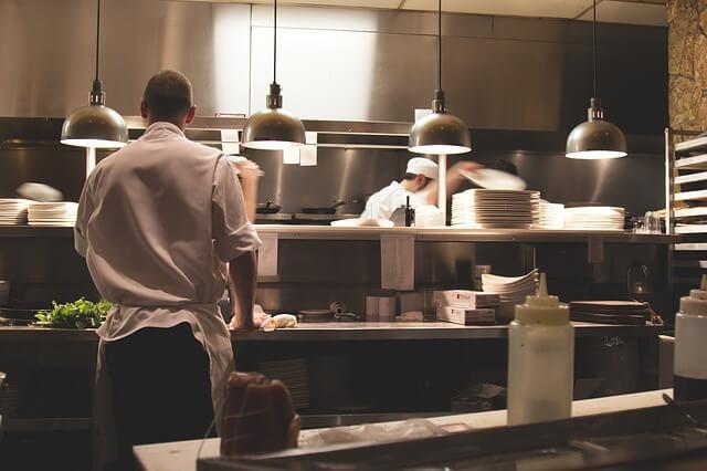 kucharz kuchnia wyposażenie gastronomiczne