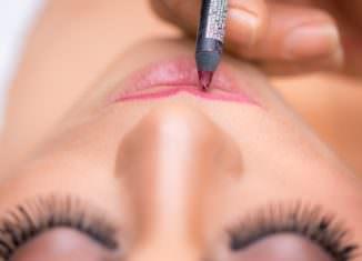 Usta malowane szminką