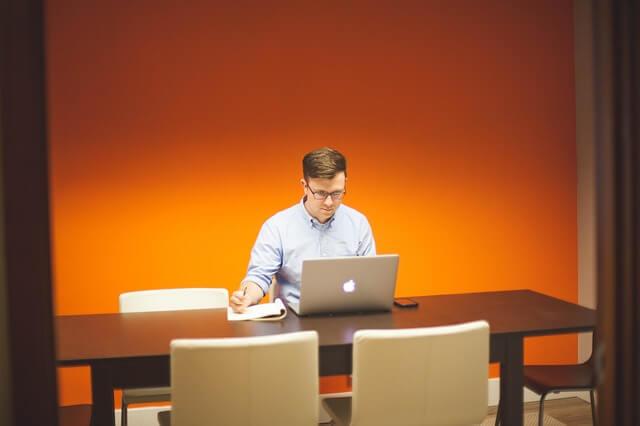 mężczyzna w biurze