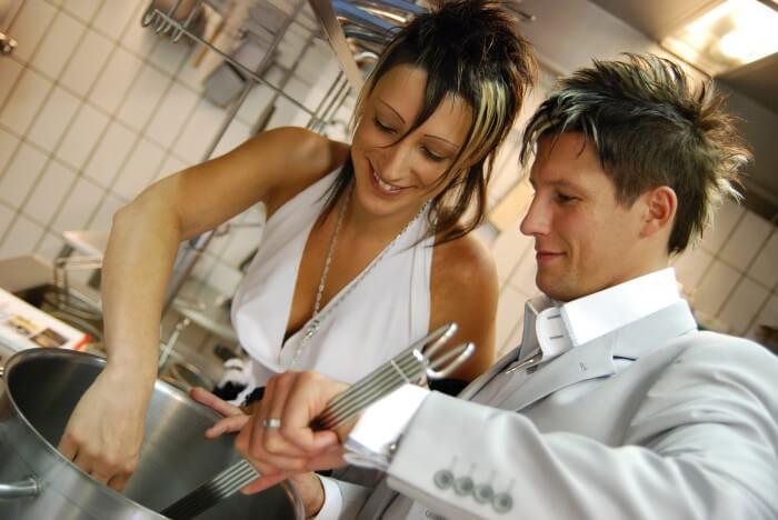 para wspólnie przygotowująca kolację
