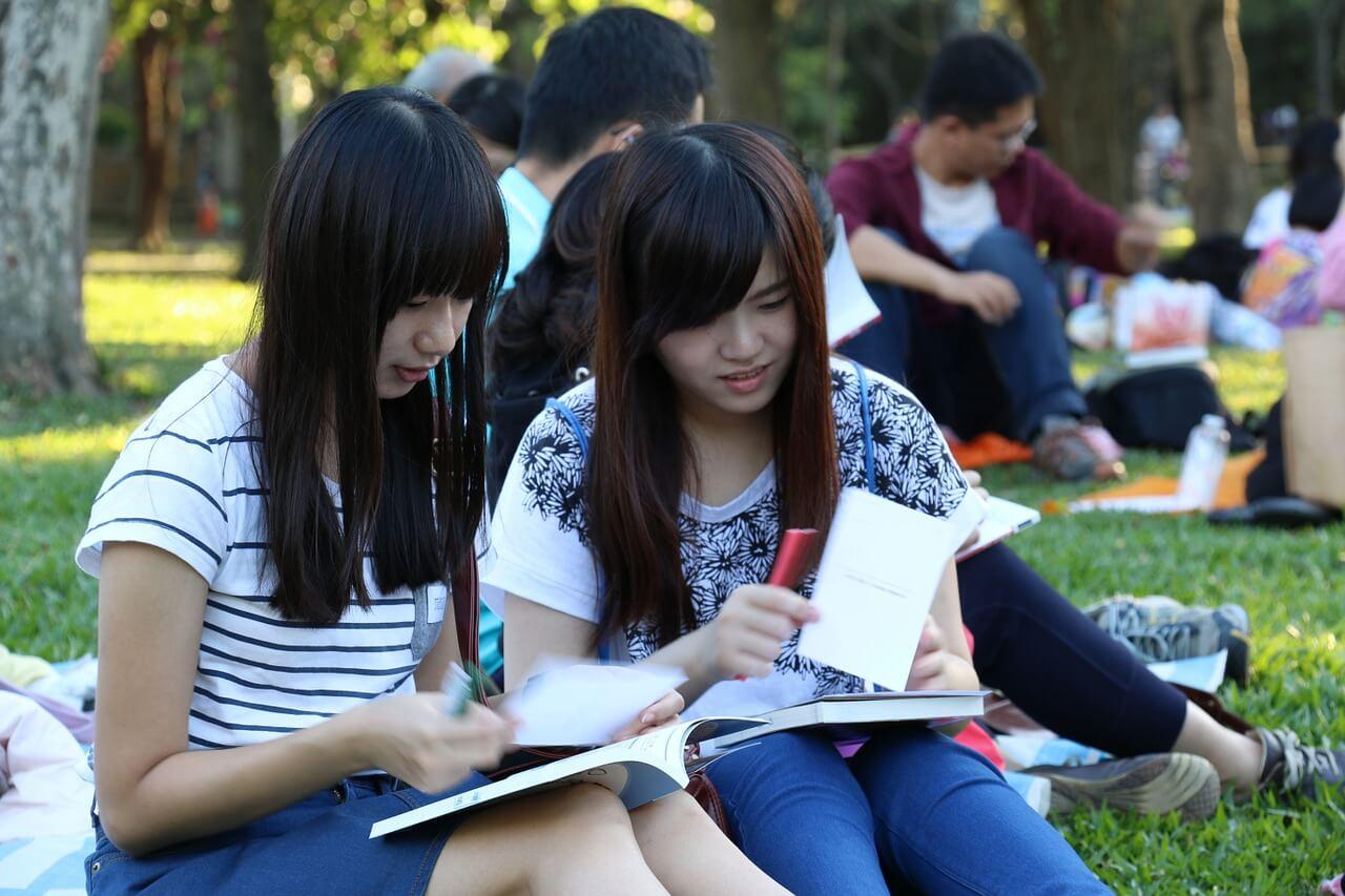 kobieta zastanawiająca się jakie studia podyplomowe wybrać