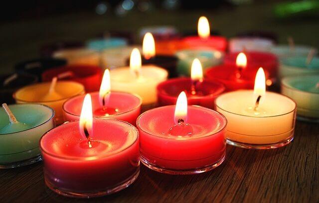 Kolorowe zapalone świeczki