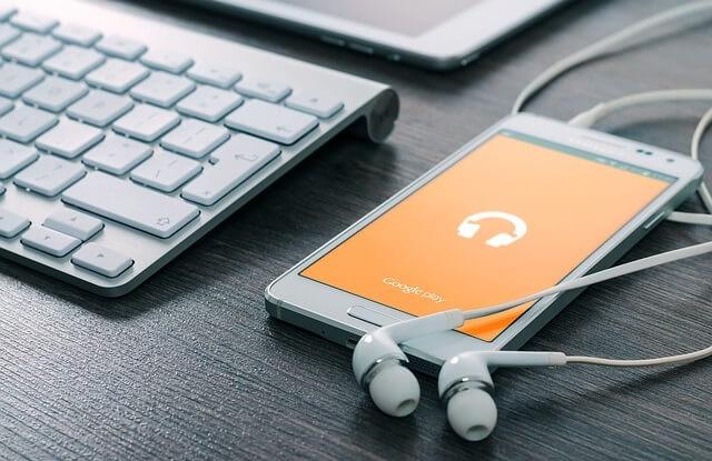 Telefon ze słuchawkami i ikoną muzyki