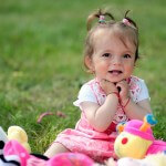 dziewczynka-polana-zabawa-zabawki