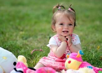 Dziewczynka bawiąca się zabawkami