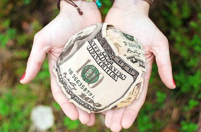 Dłonie z pieniędzmi