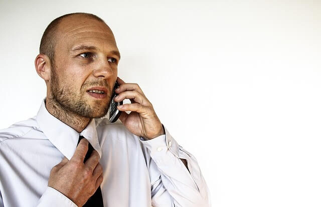 Zestresowany mężczyzna rozmawiający przez telefon