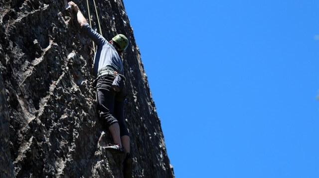 Mężczyzna wspinający się na skałę