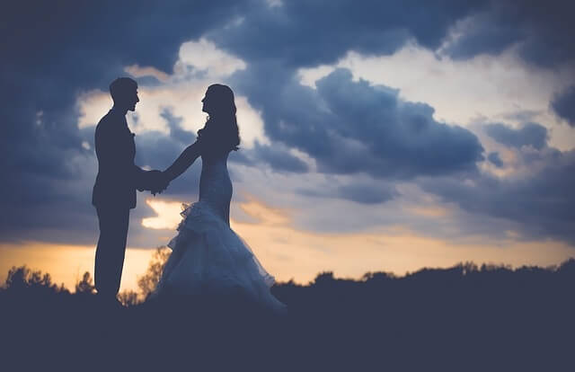 Para w strojach ślubnych