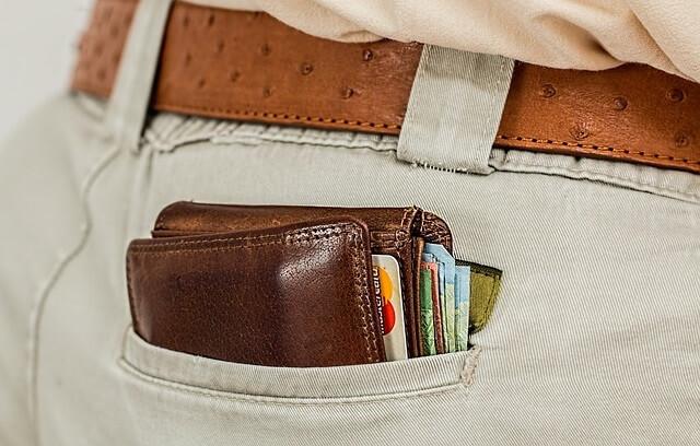 Portfel w męskiej kieszeni