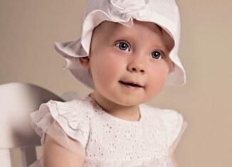 Dziewczynka z sukience do chrztu
