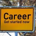 Znak drogowy z napisem kariera