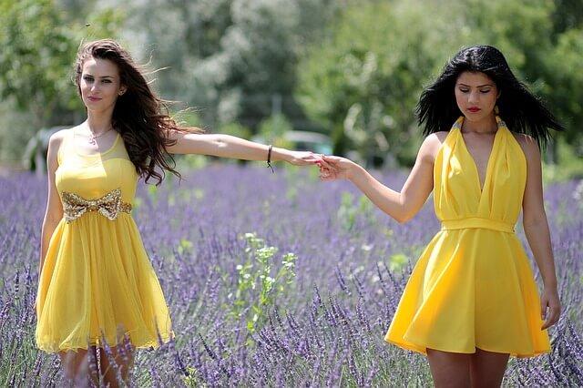 Dwie kobiety w żółtych sukienkach na wesele