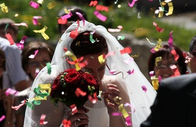 Rzucanie kwiatów na ślubie