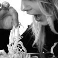 Kobieta jedząca makaron