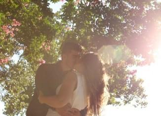 Całująca się pod drzewem para ludzi