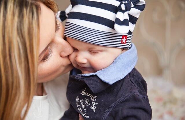 mama całująca swoje dziecko