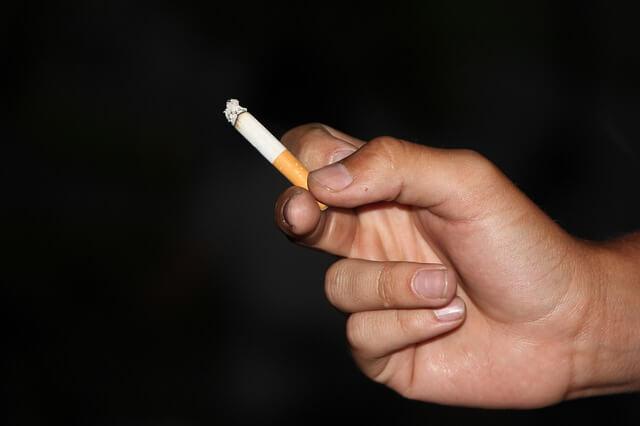 papieros w dłoni