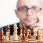 szachy-pionki-figury-szachownica-facet-okulary